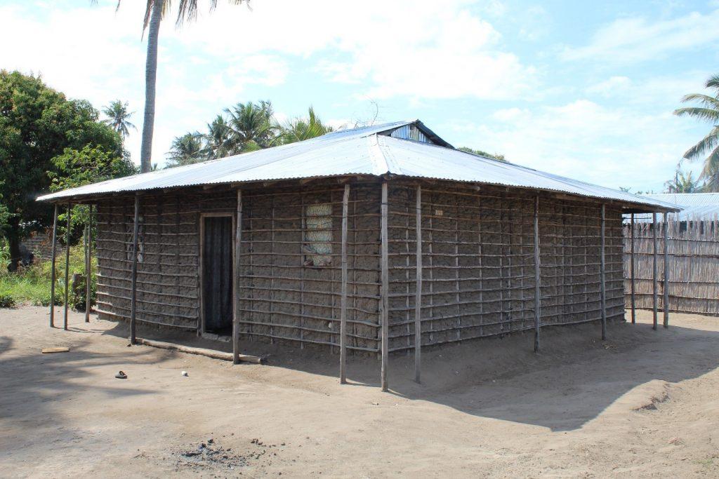 """Houses of local architecture made of pau-à-pique, made of mangrove sticks and mud """"lodo""""."""